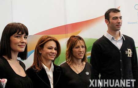 3月13日,北京奥运会圣火采集仪式最高女祭司玛利亚·娜芙普利都(左一)、仪式编导阿特密斯·伊格娜迪欧(左二)、第一火炬手亚历山大·尼克拉泽斯(右一)、最后一名火炬手皮吉·德维茨出席希腊奥委会举行的新闻发布会。按计划,北京奥运会圣火将于3月24日在奥林匹亚采集。 新华社记者梁业倩摄