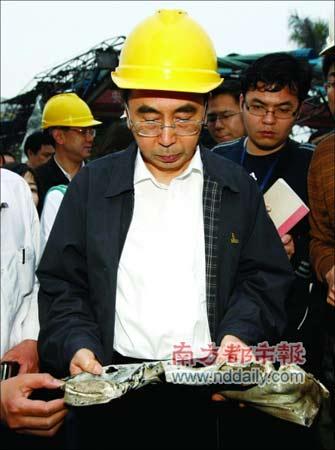 广州市委书记朱小丹查看爆炸现场,要求仔细搜查。