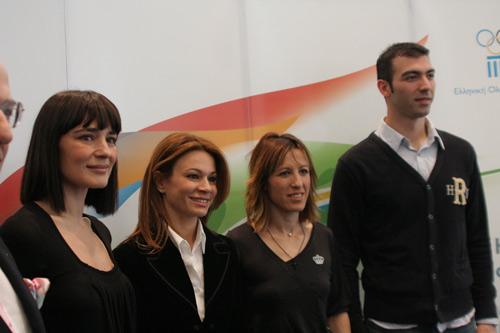 3月13日,北京奥运会圣火采集仪式最高女祭司玛利亚·娜芙普利都(左一)、仪式编导阿特密斯·伊格娜迪欧(左二)、第一火炬手亚历山大·尼克拉泽斯(右一)、最后一名火炬手皮吉·德维茨出席希腊奥委会举行的新闻发布会。按计划,北京奥运会圣火将于3月24日在奥林匹亚采集。新华社记者梁业倩摄
