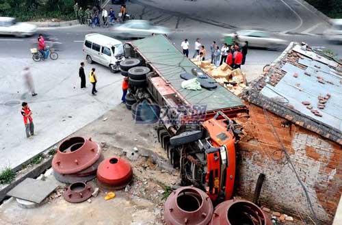 大货车修理工_30吨大货车侧翻险些撞塌一栋楼4人受伤(组图)-搜狐广东