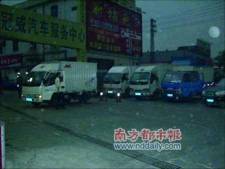昨晚8时,在东莞市区曲海桥加油站,等待加油的车辆绵延一公里。本报记者邹高翔摄
