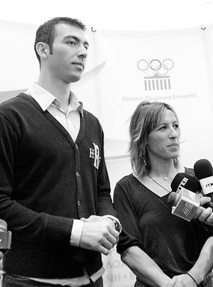左图:第一火炬手、希腊跆拳道运动员、雅典奥运会跆拳道80公斤级银牌得主亚历山大(左)和希腊境内最后一名火炬手、雅典奥运会三级跳远银牌得主皮吉在新闻发布会上。 新华社记者 梁业倩摄