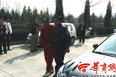 图文:浐灞08西安首训 球迷与成耀东握手