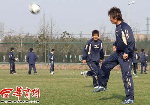 图文:浐灞08西安首训 大帝李毅传球