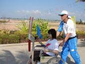 图文:火炬传递三亚预演图 轮椅传递过程中