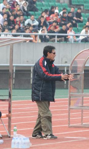 图文:义赛新川足3-1国青 刘春明场边指挥