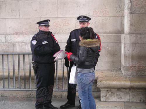 图文:巴黎风光 游客向警察问路