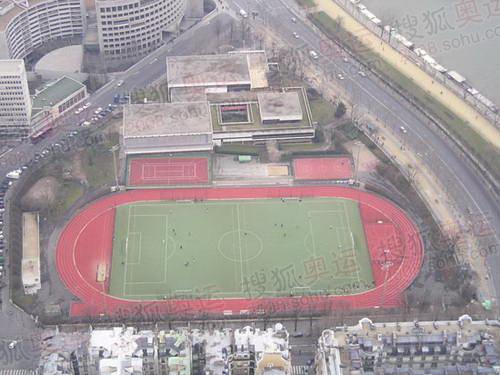 图文:巴黎风光 艾菲尔铁塔下的足球场
