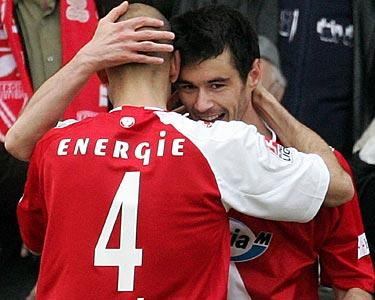 图文:科特布斯2-0拜仁 与队友拥抱