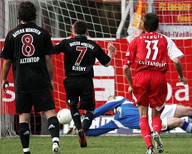 图文:科特布斯2-0拜仁 里贝里点球
