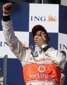 图文:[F1]澳洲站正赛 领奖台上小汉犯困了