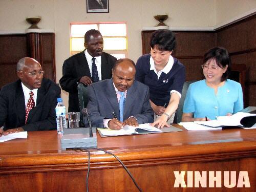 达累斯萨拉姆市长亚当·金比萨(中)签署2008年北京奥运会火炬接力协议书