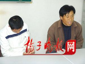 郭凯(左)和他的养父郭秋冬。张可欣 摄
