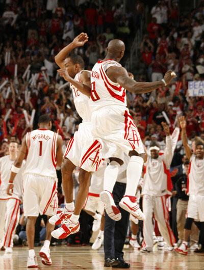 图文:[NBA]火箭战胜湖人 杰克逊与阿尔斯通庆祝