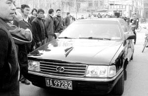 红旗轿车被市民围住