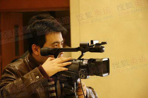 图文:专访奥林匹亚市长 摄像师在全神贯注拍摄
