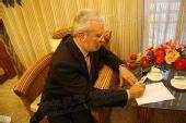图文:希腊奥林匹亚市长访京 欣然挥笔寄语奥运