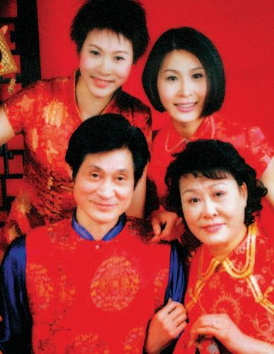 排球世家-赵蕊蕊(后排左)和