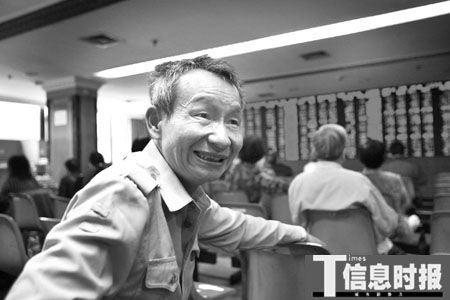 """昨天大盘制造出了极度恐慌效果,一名老股民谈笑风生,""""泰山崩于前而色不变""""。时报记者 杜翠 摄"""