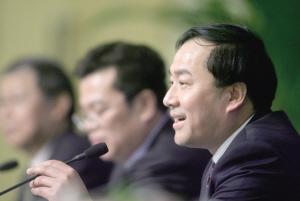 住房和城乡建设部负责人齐骥在回答记者提问。本报记者 张斌 摄