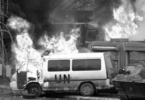 ▲一辆联合国汽车在冲突中着火。 新华社/路透