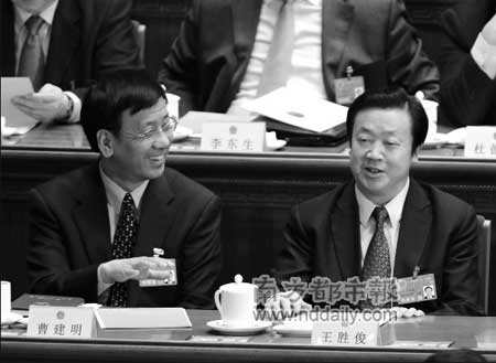 十一届全国人大一次会议上,曹建明(左)当选最高检察院检察长,成为中国第一位法学家出身的高检检察长,在中央政法委机关任职15年的王胜俊(右)当选最高人民法院院长,反映了中央高层对他多年政法工作的肯定。新华社发