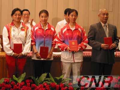 图为李芳(左一)与郭晶晶(左二)在河北省雅典奥运会表彰会上