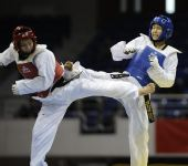 图文:女子59公斤级决赛刘晶夺冠 两人互踢对方