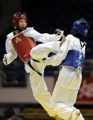 图文:女子59公斤级决赛刘晶夺冠 张华跳起飞腿