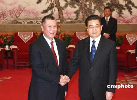 3月18日,中国国家主席胡锦涛在北京中南海会见了来京列席十一届全国人民代表大会一次会议的澳门特别行政区行政长官何厚铧。中新社发廖文静 摄