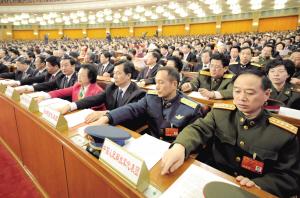 代表们按表决器。新华社记者 马占成 摄