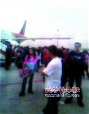 涉事飞机上的乘客全部被疏散。本报读者提供手机照片