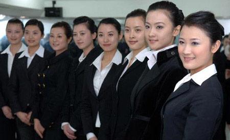 """2008年3月18日,国航前不久从""""奥运空乘""""成都赛区选拔的第一批34名优秀学员,在国航西南分公司乘务员培训中心开始了3个月时间的业务训练。微笑训练"""
