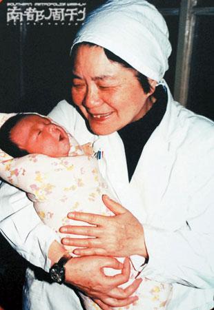 二十年前的1988年3月10月,张丽珠怀抱刚刚出生的郑萌珠,慈爱地微笑。中新社 图