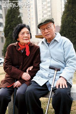 3月10日,张丽珠与老伴在小区里散步。记者 邵欣 摄