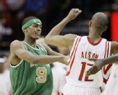 图文:[NBA]凯尔特人VS火箭 隆多打架