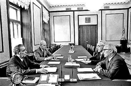 勃列日涅夫的办公桌上总摆着闹钟