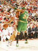 图文:[NBA]凯尔特人VS火箭 巴蒂尔突破