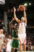 图文:[NBA]凯尔特人VS火箭 斯科拉上篮得分