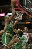 图文:[NBA]凯尔特人VS火箭 皮尔斯强突内线