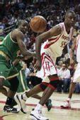 图文:[NBA]凯尔特人VS火箭 穆大叔盯防
