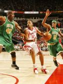 图文:[NBA]凯尔特人VS火箭 阿尔斯通篮下突击