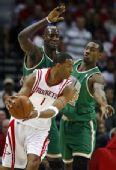 图文:[NBA]凯尔特人VS火箭 麦迪寻机传球