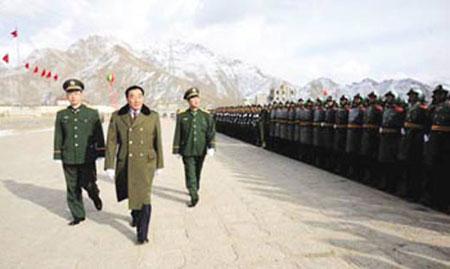 资料图:2月20日,西藏自治区党委书记张庆黎到武警西藏总队调研,并在总队长郭毅力和政委亢进忠陪同下,检阅了受阅部队。(西藏日报)