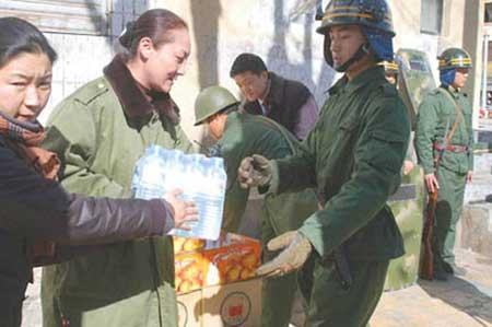 拉萨市旅游局的干部职工给执勤的武警士兵送来了水果和矿泉水。西藏商报记者 赵国礼 摄