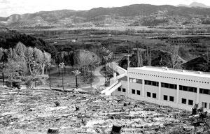 从山上俯瞰,整个祭司驻地设施简单,一些树木在去年希腊发生的大火事件中被烧毁,这片小平房,可能就是祭司们的宿舍了,透过玻璃,可隐约看到楼里面的办公设备。