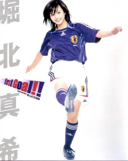 日本女球迷起脚射门