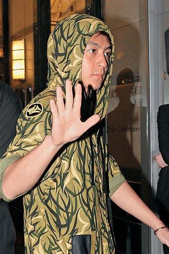 虽然陈冠希于上月25日成功逃过传媒的法眼,离开香港到泰国暂避风头,但据知他事后没有飞到美国,并于本月初已秘密返回香港,及入住数港码港附近的艾美酒店。