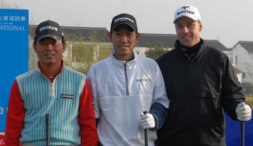 图文:中韩职业巡回赛开杆 韩国球员准备开球