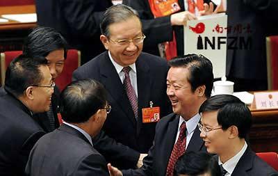 王胜俊(后右二)当选为最高人民法院院长,代表们向他表示祝贺